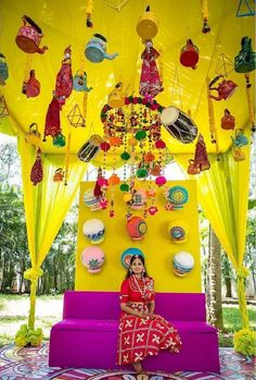 23 Eye-Catching Simple Indian Wedding Décor Ideas: Magnetic and Captivating Ideas You Mustn't Ignore Simple and creative wedding décor ideas that you can implement in your wedding or any other event. Desi Wedding Decor, Wedding Stage Decorations, Wedding Mandap, Wedding Events, Wedding Ideas, Wedding Favors, Wedding Cakes, Mehendi Decor Ideas, Mehndi Decor