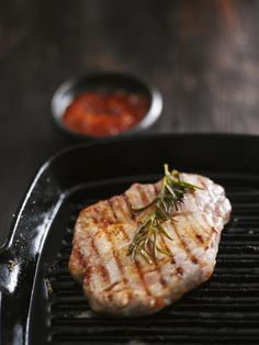 Use these indoor grill cooking tips to get the best results from stovetop or countertop grilling. Whatever your reasons for wanting to grill indoors, this tutorial on the various alternatives to outdoor grilling will break down the different techniques. Cooking On The Grill, Cooking Tips, Cooking Recipes, Healthy Recipes, Pan Cooking, Cooking Pasta, Cooking Classes, Healthy Cooking, Cast Iron Grill Pan
