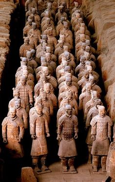 The Terracotta Army in Xi'an - one of China's most famous attractions, this collection of thousands of clay statues built to guard the tomb of China's first emperor is over years old! Arrow Of Time, Terracotta Army, China Travel Guide, Story Of The World, Terracota, All I Ever Wanted, Thing 1, Famous Places, Ancient Artifacts