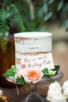 Pastel de boda desnudo sencillo con flores