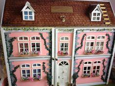 Wie im Museum - Puppenhaus im viktorianischen Stil. Mehr Details findet ihr hier: https://www.selbstbauprofi.de/#/ideas/view/391 #toom #Baumarkt #toomBaumarkt #toomTeam #Heimwerken #DIY