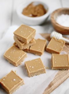 Natural Peanut Butter Fudge - 1 cup creamy natural peanut butter (you want one with no sugar added! Coconut Oil Fudge, Coconut Peanut Butter, Peanut Butter Fudge, Peanut Butter Recipes, Natural Peanut Butter, Fudge Recipes, Dessert Recipes, Cashew Butter, Healthy Treats