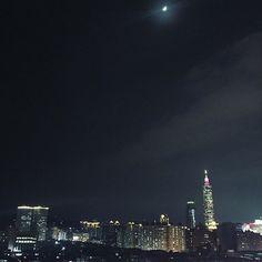 Instagram【jsimplelife】さんの写真をピンしています。 《今兒是上弦月,好美~待在這樣的高樓能天天看見這景色,是幸福的🌙 #jamie #simple #life #photo #travel #instagood #instalife #instalike #instahappy #instataiwan #台湾 #旅行 #写真 #秋 #台灣 #台北 #生活日常 #日常 #慢森活 #夜景 #101 #月亮》