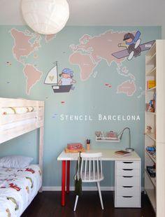 Habitación infantil con vinilo mapamundi creado por #stencilbarcelona