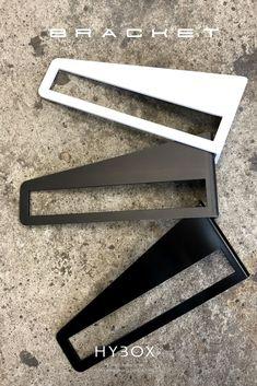 tylowy i nowoczesny uchywt na półkę drewnianą. Doskonały do biura, gabinetu jak również salonu, kuchni czy pokoju dziecięcego. Wieszak BRACKET został wykonany z wygiętej blachy stalowej o grubości 4mm z wykonanym otworem o wymiarach 220x32 mm. Uchwyt montuje się do ściany z wykorzystaniem 2 wkrętów na każdy wieszak. Zabezpieczenie półki przed przesuwaniem zapewnia dodatkowy niewidoczny wkręt montowany z tyłu półki. Clothes Hanger, Coat Hanger, Clothes Hangers, Clothes Racks