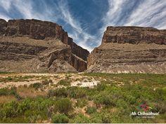 TURISMO EN CHIHUAHUA  El cañón de Santa Elena se encuentra al noreste de Chihuahua, entre los Municipios de Manuel Benavides y Ojinaga. Colinda con Coahuila y Texas en Estados Unidos de América,  es una franja de 30 km de ancho por 100 km de largo paralela al Río Bravo, cuenta con paredes de hasta 500 mts de altura, donde abundan manantiales, aguas termales y azufrosas. En 1994 fue designada área de protección de flora y fauna. www.turismoenchihuahua.com