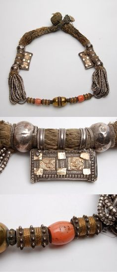 "Oman | ""Digg / dugg"" necklace; with two small hirz (Qur'an cases) and two coral beads; silver, gilding, glass cotton and coral 