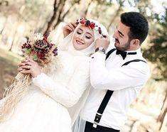 😍♥️ Muslim Wedding Ceremony, Muslimah Wedding, Wedding Hijab, Couples Poses For Pictures, Cute Couple Poses, Couple Pictures, Muslim Wedding Dresses, Muslim Brides, Bridal Dresses
