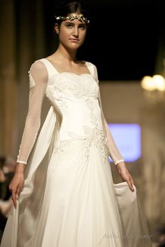 Las capas, un Must para la Novia más atrevida que huye de la cola. #vestidodenovia #weddingdress #wedding #fashion