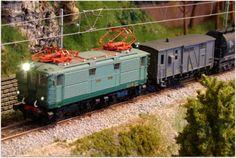 Mantenimiento invernal VIAM (C. de Madrid). Escala H0.  Locomotora eléctrica serie 1000 adscrito al depósito de Miranda de Ebro, con un corte de cisternas RR-310.000 y un furgón DV-340210.
