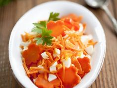 Möhrenrohkost mit harten Eiern ist ein Rezept mit frischen Zutaten aus der Kategorie Gemüsesalat. Probieren Sie dieses und weitere Rezepte von EAT SMARTER!