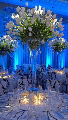 Para una boda en primavera nada mejor que los tulipanes para decorar tus mesas.