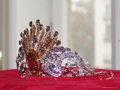 Donatella Versace Opernball Tiara 2019 made with 380 Swarovski crystals :-) Donatella Versace, Vienna, Swarovski Crystals, Opera, Crown, Jewelry, Fashion, Nice Asses, Moda