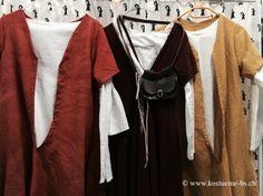 Ein kleiner Teil der Bekleidung für die Damen des späten 15. Jahrhunderts bestehend aus Wollkleid, Unterkleid, Schuhen, Gurt mit Tasche und Haube. Unsere Spaemi-Kleider sind zum Teil aus handgefärbtem Wollstoff. In diesem Fall das gelbe und orange Kleid. Die optische Wirkung durch das Handfärben ist enorm und macht viel aus. Die Kleider sehen durch die unregelmässige Färbung um einiges authentischer und weniger steril aus.