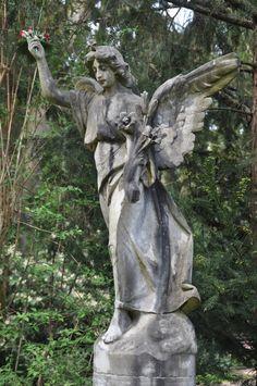 Frankfurt: Hauptfriedhof - Engel mit Blumen