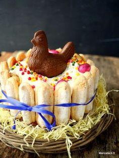 Pâques vient juste de se terminer et pourtant je ne peux m'empêcher de partager avec vous cette recette. Même si c'est à contre-temps, je ne pouvais pas laisser cette charlotte de Pâques au fond de mes tiroirs, tellement cette recette est facile à faire ! Une charlotte est en effet un gâteau tout simple à réaliser et pour lui donner un air de Pâques, il suffit de la customiser, ici avec un poule en chocolat et des petits oeufs colorés. Ensuite un tour de ruban pour donner un joli air à la…