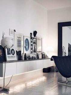 meuble rangement ikea tableau cadres composition tapis de sol parquet en bois fauteuil noir