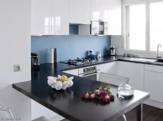 Cuisine blanche brillante et credence bleue | shift White Kitchen with Blue backsplash
