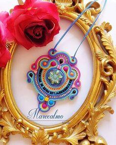 Super colorato e innovativo questo pendente è adattissimo all'estate. Lavorazione soutache intorno a bottone in vetro. #soutache #soutachemania #collana #necklace #colgante #handmade #accessory #jewellery #embroidered #marecalmo #madeinitaly
