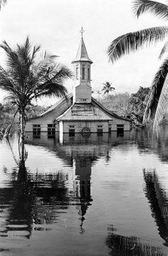 Operation Gwamba - Hosted by Google. Bij aanleg van stuwmeer op Afobaka raakt het marrondorp Gansee voorgoed onder water. Foto Stan Wayman 1964 LIFE Images