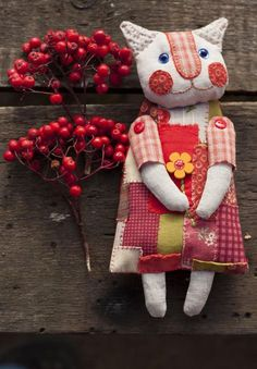 This is such and adorable patchwork cat. Sewing Toys, Sewing Crafts, Sewing Projects, Softies, Felt Crafts, Fabric Crafts, Fabric Animals, Cat Quilt, Fabric Toys