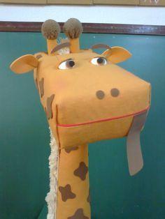 Uma ótima ideia que serve como caixa de leitura. A girafa poderá visitar as salas de aula ou ter seu próprio cantinho. As crianças da minha ...