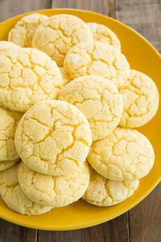 Limão cookies (Bolinhos) Ingredientes: 2 gemas de ovo  100 g de açúcar refinado  120 g de manteiga  240 g de farinha  1/2 colher de chá de fermento em pó  o suco de um limão  raspas de 1 limão não tratada