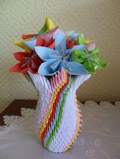 Origami bunga warna-warni dalam vas yang cantik