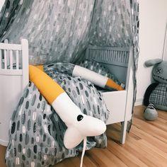 Skal hygge i børneværelset med de fineste motiver på MamaMillas økologiske serie af blandt andet sengetøj, sengerand og sengehimmel Hygge, Feathers, Toddler Bed, Baby, Furniture, Home Decor, Child Bed, Decoration Home, Room Decor