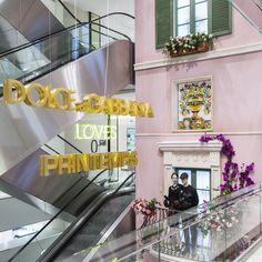 Dolce & Gabbana joue les vedettes au Printemps. La maison de luxe italienne a été invitée par les grands magasins parisiens à occuper l'atrium ainsi que cinq vitrines, dans le cadre de leur 150ème anniversaire.