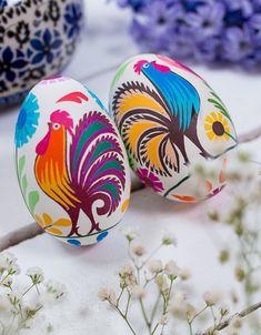 pisanki wielkanocne z Łowicza koguty i kwiaty wyklejane jak łowickie wycinanki na wydmuszkach gęsich jaj