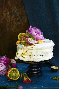 Tämä kahvipöydän kuningatar on taattu show stopper. Taivaallisten marenkipohjien väliin nostetaan kuohkeaa mango- ja sitruuna-limerahkatäytettä. Kruunuksee