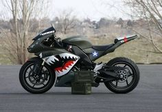 Ok, this is sweet, now I need to get one and have a friend ride one painted with a Japanese WWII paint job. Not the biggest fan of ninjas, but the paint job is sweet. Ducati, Yamaha R6, Cruisers, Course Moto, Yzf R125, Motos Honda, V Max, Scrambler Motorcycle, Motorcycle Tips