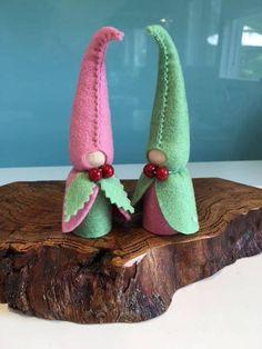 Ein von einer Art herzlichen Original PAAR von PASTELLGRÜN und rosa Weihnachten Wichtel Hergestellt aus reinem Wollfilz mit einem inneren Holzsockel. Dieses elegante Paar wird Ihren Weihnachtstisch mit ihren einfachen Charme verbessern. Ihre Kinder werden sich freuen, sie in ihre