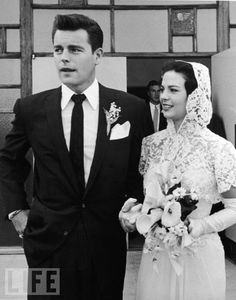 Robert Wagner and Natalie Wood on their wedding day in 1957-Eran la parejita ideal y un día ella se cayó de un crucero en el que iban y se murió ahogada. (????)
