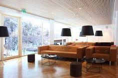 Holz und klare Linien. In der modernen Architektur tritt dieser regionale zuwachsende Rohstoff auf neue Art in den Mittelpunkt. Conference Room, Table, Furniture, Design, Home Decor, Environment, Clean Lines, Modern Architecture, Wood
