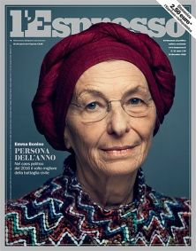 La copertina dell'Espresso in edicola domenica 18 dicembre incorona Emma la combattente. Un volto così diverso dalla politica in crisi