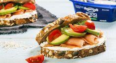 כריך לחם בריאות עם בולגרית למריחה בטעם צזיקי, אבוקדו וסלמון מעושן   פיראוס