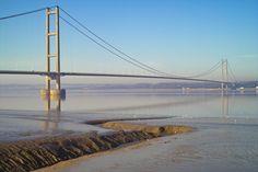 """L' """"Humber Bridge"""" è un ponte sospeso con la campata centrale lunga 2.200 metri. Aperto al traffico nel 1981 è il settimo ponte sospeso più lungo del mondo. E' stato valutato il passaggio di 120.000 veicoli a settimana e con il pedaggio di 3 sterline per auto è diventata la tratta più costosa del Regno Unito. Dal 1 aprile 2012 però è stato ridotto a 1.5 sterline, in seguito all' estinzione di 150 milioni di debiti per la sua costruzione."""