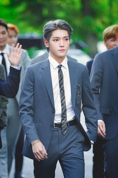 Omg Taeyong look like a dad who came to talk to the director of his son's school Nct Taeyong, Nct 127, Winwin, Jaehyun, Got7, Nct Group, The Wedding Singer, Valentines For Boys, Culture