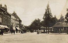 1926. Vanaf de Koemarkt in de richting van de Broersvest. Café-restaurant De Amstelbron staat nog op zijn oorspronkelijke plaats, dat wil zeggen is nog niet opgevijzeld. Links daarvan café Het Centrum; geheel links café Het Vierkantje.