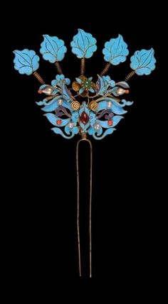 China - Beijing | Hair pin from the Han women; enamelled metal, gilded metal, pearls, precious and semi precious stones, kingfisher feathers, quartz and coral. ca. 1949 or earlier. // ©Quai Branly Museum. 71.1949.31.4