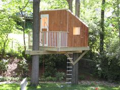 From simple tree house plans for kids to the big ones for adult that you can live in. If you're looking for tree house design ideas. Find and save ideas about Tree house designs. Modern Tree House, Simple Tree House, Tree House Decor, Pallet Tree Houses, Cool Tree Houses, Backyard House, Backyard For Kids, Backyard Ideas, Landscaping Ideas
