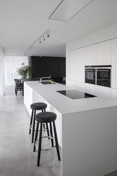 Love looking for great white kitchen decorating ideas? Check out these gallery of white kitchen ideas. Tag: White Kitchen Cabinets, Scandinavian, Small White Kitchen with Island, White Kitchen White Witchen Countertops Modern Kitchen Cabinets, Kitchen Cabinet Design, Kitchen Layout, Rustic Kitchen, Interior Design Kitchen, Modern Interior Design, Diy Kitchen, Kitchen Furniture, Diy Interior