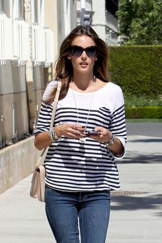 alessandra ambrosio To me this is a awesome pic cos this is her in everyday life wear plus she has a way of it looking sexy. Alessandra Ambrosio, Star Fashion, Fashion Models, Womens Fashion, Cool Outfits, Casual Outfits, Winter Outfits, Vs Models, Estilo Fashion