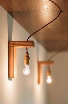 合板をL型に組んだパーツに裸電球を吊るして。シンプルだけどキャッチーな照明。