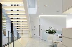 escaleras blancas con luces integradas