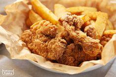 Charakterystyczna pomarszczona panierka, którą pokryte są kawałki kurczaka serwowanego w restauracjach KFC, ma fanów na całym świecie. Sieć założona przez pułkownika Sandersa pilnie strzeże swoich receptur, jednak metody panierowania nie udało się utrzymać w tajemnicy. Mamy dla was sprawdzony przepis. I wcale nie ma w nim płatków kukurydzianych… W recepturze słynnej panierki nie ma żadnych … Kfc, Chicken Wings, Meat, Breakfast, Ethnic Recipes, Food, Impreza, Beef, Morning Coffee