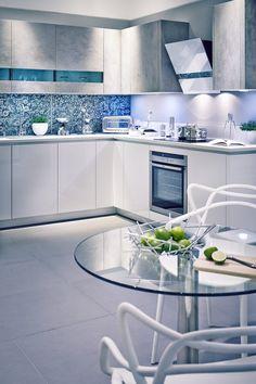 farbgestaltung küche wandfarbe grau blaue fliesen blumenmotive matt graue oberschränke