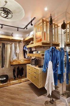 Closet Masculino Rustico Ideas For 2019 Cottage Furniture, Pallet Furniture, Furniture Design, Cheap Furniture, Diy Bottle Lamp, Pallet Frames, Diy Clothes Rack, Restroom Design, Industrial House